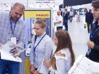 EMT-Systems jako reprezentant Województwa Śląskiego podczas Europejskiego Kongresu Małych i Średnich Przedsiębiorstw. Piotr Podgórski przedstawia studentom robotyki szkolenia z roobotów przemysłowych.