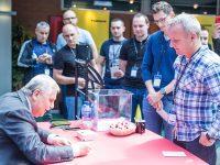 Warsztaty EMT TOUR Technologie Przemysłu 4.0 w integracji i utrzymaniu ruchu procesów produkcyjnych - gość specjalny Jerzy Engel rozdaje autografy