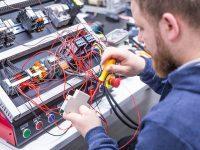 Szkolenie AM1 w EMT-Systems: Elektrotechnika i aparatura szaf sterowniczych. Ćwiczenia praktyczne na wieloelementowej makiecie szafy sterowniczej