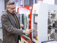 Szkolenie z wtryskiwania tworzyw termoplastycznych – Operator wtryskarki w EMT-Systems. Wtryskarka marki Hurmak – seria ECO 180