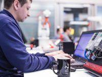 Szkolenie PLC6 S7-SCL programowanie, na pierwszym planie kubek EMT-Systems: Chop przi robocie