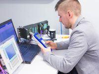 Rafał Lelito pracuje na urządzeniu diagnostycznym podczas szkolenia SP2: Diagnostyka PROFIBUS DP