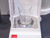 Nowy sprzęt w Laboratorium Tworzyw Sztucznych EMT-Systems: Waga hydrostatyczna do wyznaczania gęstości próbek