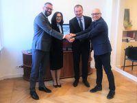 Prezes EMT-Systems Grzegorz Wszołek podpisuje list intencyjny. Partner strategiczny Śląskiego Centrum Kompetencji Przemysłu 4.0