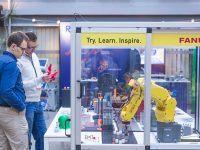 Bezpłatne warsztaty techniczne EMT TOUR - Zrobotyzowane linie i stanowiska - niezawodne narzędzia produkcyjne. Uczestnicy oglądają wydrukowanego na drukarce 3D smoka.