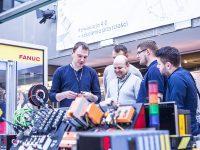 Bezpłatne warsztaty techniczne EMT TOUR - Zrobotyzowane linie i stanowiska - niezawodne narzędzia produkcyjne. Uczestnicy oglądają EMT-REXy wydrukowane na drukarce 3D