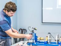 Trener EMT-Systems Mariusz Hetmańczyk podczas szkolenia z diagnostyki maszyn